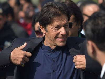 """""""کیپٹن (ر) صفدر کہتے ہیں کہ وہ اصلی کپتان ہیں اور عمران خان جعلی کپتان ہے"""" صحافیوں نے عمران خان سے کیپٹن (ر) کے بیان سے متعلق پوچھا تو انہوں نے ایسا جواب دیدیا کہ صحافیوں کی ہنسی چھوٹ گئی"""