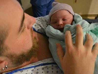 حاملہ مرد نے صحت مند بچے کو جنم دے دیا، سب حیران پریشان رہ گئے