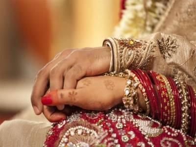 شادی پر باراتیوں نے مقامی افراد پر ڈالر اور ریال نچھاور کیے