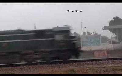 مہر ایکسپریس کا انجن ریلوے لائن پرکھڑی ٹرالی سے ٹکراگیا،2بوگیاں پٹڑی سے اتر گئیں ،ٹرین ڈارئیور سمیت 4افراد زخمی