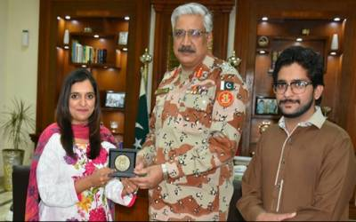 """ڈکیتی کی کوشش ناکام بنانے والی """"بہادر"""" خاتو ن کو سندھ رینجرز نے اعزاز سے نواز دیا"""