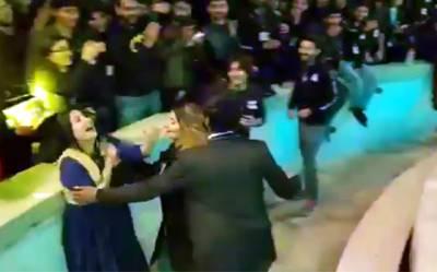 """علی ظفر نے لڑکی کی """"چیخیں"""" نکلوا دیں، کنسرٹ ہال میں موجود ہر شخص نے شور مچانا شروع کر دیا، ویڈیو نے سوشل میڈیا پر تہلکہ مچا دیا"""