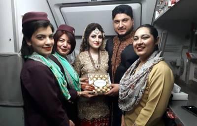 شادی کی تقریب سے دولہا دولہن سیدھے اپنی فلائٹ پکڑنے جا پہنچے، جیسے ہی اندر داخل ہوئے تو پی آئی اے کی ائیرہوسٹس نے انہیں ایسا شاندار تحفہ دیدیا کہ خوشی کی کوئی انتہاءنہ رہی، ہر پاکستانی داد دینے لگا