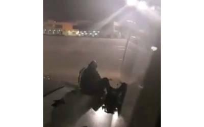 جہاز کے مسافر نے تنگ آکر دروازہ کھولا اور باہر کود گیا۔۔۔ ہوائی سفر کی تاریخ کا انوکھا ترین واقعہ، کس چیز سے تنگ آیا؟ جان کر پاکستانیوں کو پی آئی اے یاد آجائے گی