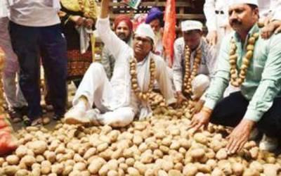 اترپردیش میں کسانوں کا احتجاج، سینکڑوں کلو آلو اسمبلی، وزیراعلیٰ ہاﺅس کے سامنے پھینک دئیے