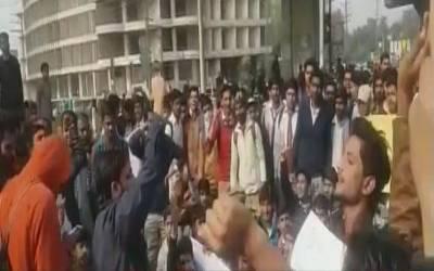قصور واقعہ کیخلاف لاہور سمیت مختلف شہروں میں طلبا بھی سڑکوں پر آگئے، جسٹس فار زینب کے نعرے،ملزموں کی گرفتاری کا مطالبہ