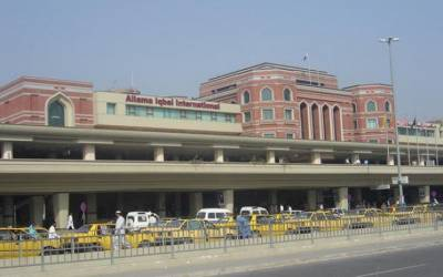لاہور سے جدہ جانیوالی فیملی کی تلاشی ، تھرماس کا ڈھکن کھولا تو ایسی چیز برآمد کہ جان کر آپ بھی حیران رہ جائیں گے