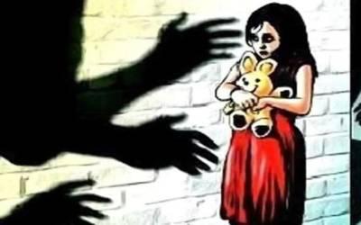 مردان،بداخلاقی کے بعد قتل ہونے والی 4 سالہ بچی کے ملزم 6 روز بعد بھی گرفتار نہ ہو سکے،عمائدین جرگہ کی حکومت کو 72 گھنٹوں کی مہلت،ضلعی حکومت نے کل اے پی سی بلالی