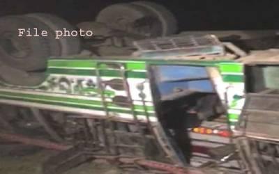 شکارپور ، تیز رفتار کوچ الٹنے سے ایک مسافر جاں بحق،12 زخمی