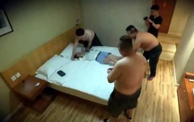 17 سالہ چینی لڑکی آئی فون 8 کی خاطر کنوارہ پن بیچنے کیلئے ہوٹل پہنچی تو کمرے میں داخل ہوتے ہی چار مرد آ گئے، خطرہ دیکھ کر بھاگنے لگی تو مردوں نے پکڑ لیا، ویڈیو سوشل میڈیا پر وائرل ہوئی تو ہر کوئی لرز اٹھا مگر حقیقت سامنے آئی تو سب عش عش کر اٹھے