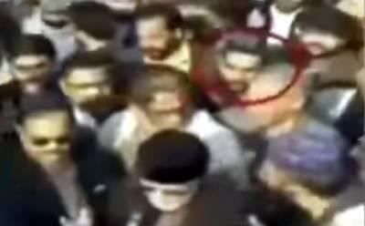 ملزم عمران زینب کے جنازے میں بھی شریک تھا، یہ وہاں کیا کرتا رہا اور اس کے چہرے کے تاثرات کیا تھے؟ طاہر القادری کی میڈیا سے گفتگو کے وقت یہ کدھر تھا؟ ویڈیو نے سوشل میڈیا پر تہلکہ مچا دیا