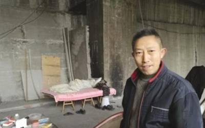 کروڑوں روپے کمانے کے لئے یہ چینی آدمی 10سال سے ایک پُل کے نیچے جھونپڑی میں رہ رہا ہے، یہاں سارا دن کیا کرتا ہے؟ جواب آپ کبھی تصور بھی نہیں کرسکتے