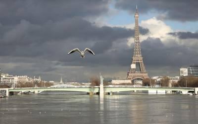 پیرس میں جاری مسلسل بارشوں کی وجہ سے ذرائع آمدورفت اور مواصلات کا نظام متاثر ،سیاحوں کو شدید پریشانی کا سامنا