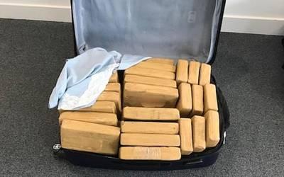 ائیرپورٹ پر پرائیویٹ طیارے کی آمد، حکام نے تلاشی لی تو اندر چھپائی ہوئی اربوں روپے کی ایسی چیز مل گئی کہ افراتفری پھیل گئی