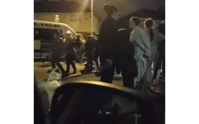 برطانیہ میں 14 سال کی بچی کے ساتھ زیادتی کرنے والے شخص کے ساتھ مشتعل ہجوم نے کیا کیا؟ جان کر آپ کہیں گے کہ یہ صرف پاکستان میں ہی نہیں ہوتا، کیا انجام ہوا؟ جانئے