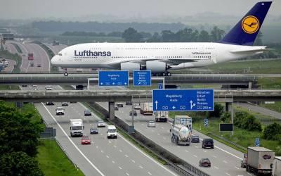 دنیا کا وہ واحد ائیرپورٹ جہاں گاڑیوں کے اوپر مسافر جہاز لینڈ کرتے ہیں