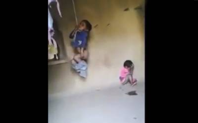 ان بچوں پر اپنا ہی باپ کس چھوٹی سی بات پر ظالمانہ تشدد کر رہا ہے؟ ویڈیو میں بچوں کی چیخیں سن کر ہر دل ڈوب گیا، وجہ سامنے آئی تو ہر کوئی غصے سے لال ہو گیا