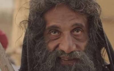 کپڑوں سے بے نیاز سڑکوں پر گھومنے والے پاگل کو جب ایک مجذوب نے نارمل انسان بنادیا