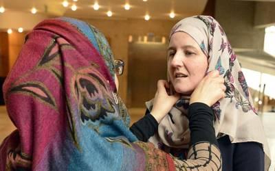 'یہ لو سب پہنو' برطانوی دفتر خارجہ میں خواتین میں ایسی اسلامی چیز بانٹ دی گئی کہ ملک میں ہنگامہ برپاہوگیا