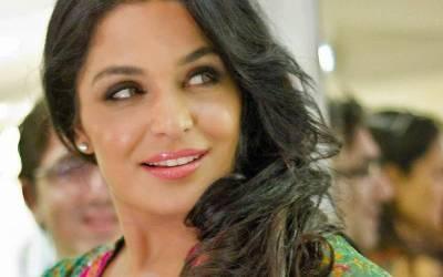 اداکارہ میرا نے ان کی انگلش کا مذاق اڑانے والوں کو چیلنج کردیا