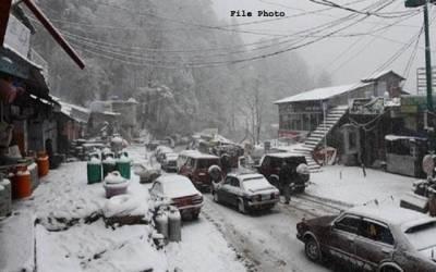 مری میں شدید برفباری کے باعث سیاح دوسرے روز بھی پھنس گئے، میلوں کاسفر پیدل طے کرنے پر مجبور