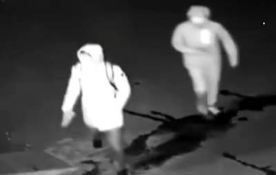 یہ چور دکان میں چوری کرنے کیلئے اینٹ مار کر شیشہ توڑنے لگے تو کیا ہوا؟ موقع پر ہی ایسی سزا مل گئی جس کا کوئی تصور بھی نہ کر سکتا تھا، ویڈیو نے سوشل میڈیا پر دھوم مچا دی