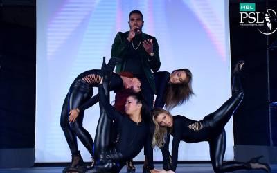 پی ایس ایل کی افتتاحی تقریب،امریکی گلوکار جیسن ڈریلو اپنے فن کا مظاہرہ کرتے ہوئے
