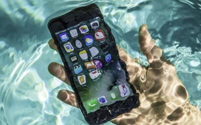 اگر آپ کا موبائل فون پانی میں گر جائے تو فوری اس کے ساتھ یہ کام کریں۔۔۔ جانئے وہ بات جو آپ کے ہزاروں روپے بچاسکتی ہے