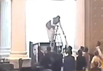 سینٹ الیکشن خیبرپختونخوا اسمبلی میں پولنگ بوتھ پر ایسی چیز لگا دی گئی کہ ہنگامہ برپا ہوگیا