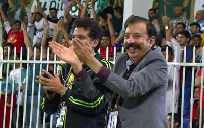 گزشتہ شب لاہور قلندرز کی ٹیم جب باﺅلنگ کر رہی تھی تو فواد رانا کیا کر رہے تھے؟ ویڈیو نے سوشل میڈیا پر دھوم مچا دی