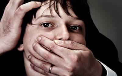 سوتیلی ماں کی آشنا سے ملکر 9 سالہ بیٹے کو قتل کرنے کی کوشش، گلا دبا کر پل سے پھینک دیا