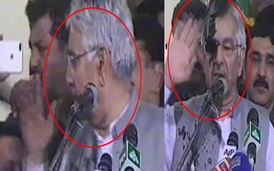 بھرے جلسے میں نوجوان نے خواجہ آصف کا 'منہ کالا کردیا'