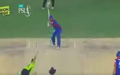 کراچی کنگز اور لاہور قلندرز کے میچ میں آفریدی نے آفریدی کی وکٹ اڑا دی اور پھر شاہین نے شاہد کو عزت دینے کے لیے ایسا کام کردیا جو پاکستانی کرکٹ کی تاریخ میں نہیں ملتا