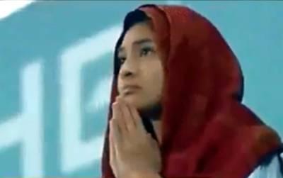 گزشتہ روز میچ کے آخری لمحات میں یہ لڑکی دعا مانگ رہی تھی لیکن جیسے ہی اس نے خود کو کیمرے پر دیکھا تو ایسی حرکت کر دی کہ لڑکے تو کیا لڑکیاں بھی حیران پریشان رہ جائیں گی، ویڈیو نے سوشل میڈیا پر تہلکہ مچا دیا