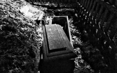 'آدمی کی موت، دفنانے سے پہلے 2 خواتین رشتہ داروں نے اس کی لاش سے آنکھیں اور نازک اعضاعلیحدہ کئے اور انہیں۔۔۔' لاش کے ساتھ ایسا سلوک کہ پورے خاندان میں کھلبلی مچ گئی