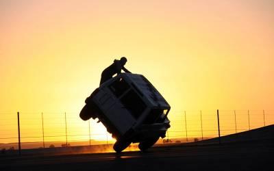 'اس طرح صرف سعودی عرب میں گاڑی چلائی جاسکتی ہے' سعودی نوجوانوں کی گاڑی چلاتے ایسی تصویر سامنے آگئی کہ دیکھ کر پوری دنیا کی آنکھیں کھلی کی کھلی رہ گئیں