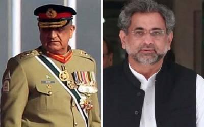 یوم پاکستان پریڈ، سلامی کے دوران باقی سب تو کھڑے ہوگئے لیکن وزیر اعظم بیٹھے رہے، پھر آرمی چیف نے ایسا کام کردیا کہ شاہد خاقان عباسی فوری اٹھ کر کھڑے ہوگئے