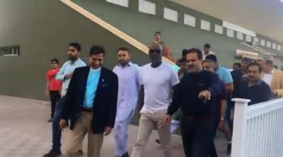 سر ویو ن رچرڈز کراچی میں معین خان اکیڈمی پہنچ گئے