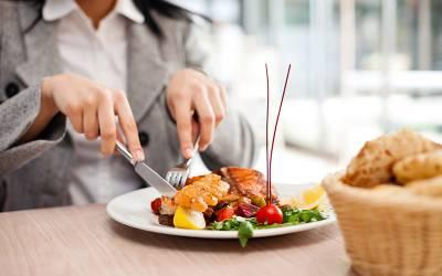 گھر سے باہر کھانا نہ کھائیں ورنہ آپ کی جنس تبدیل ہوسکتی ہے، ڈاکٹروں نے تشویشناک بات بتادی