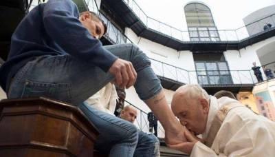 گڈ فرائیڈے کی تقریبات کا سلسلہ جاری، پوپ فرانس نے قیدیوں کے پاؤں دھلواکر بوسہ دیا