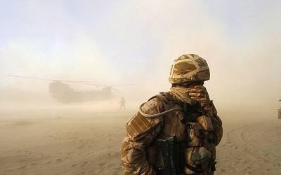درجنوں برطانوی فوجی انڈرویئر پہنے ایسا شرمناک کام کرتے رنگے ہاتھوں پکڑے گئے کہ پوری دنیا میں برطانوی فوج کا مذاق بن گیا