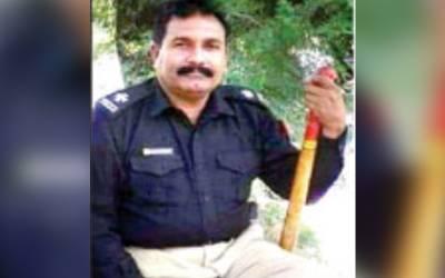 اتھرے تھانیدار کا خواجہ سرا پر تشدد، بازار میں برہنہ کردیا، صحافی پر بھی حملہ موبائل توڑ ڈالا