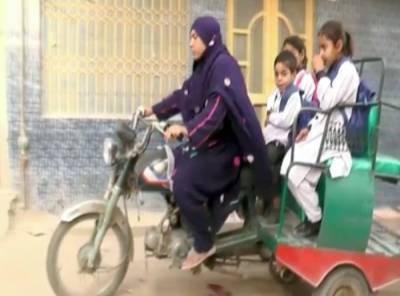 شوہر کے انتقال کے بعد با ہمت خاتون بچوں کی کفالت لیے رکشہ چلانے لگیں