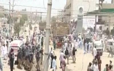 کراچی:6 سالہ بچی کی ہلاکت پر ورثا کا روڈ بلاک کرکے احتجاج، پولیس کاعلاقہ کلیئر کرانے کیلئے آپریشن،علاقہ میدان جنگ بن گیا