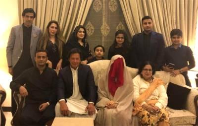 عمران خان کی تیسری بیوی بشریٰ مانیکا کی تصویر بالآخر منظرعام پر آ گئی؟ سوشل میڈیا پر دھوم مچ گئی