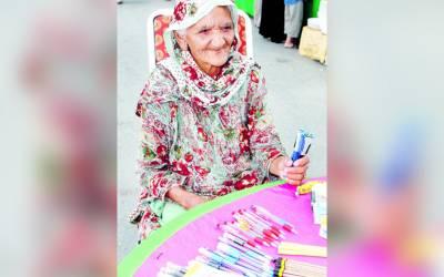 وہ پاکستانی خاتون جو 100 سال کی عمر میں بھی محنت مزدوری کرکے اپنے بچوں کا پیٹ پالتی ہے، یہ کیا کرتی ہیں؟ جان کر آپ بھی داد دینے پر مجبور ہوجائیں گے