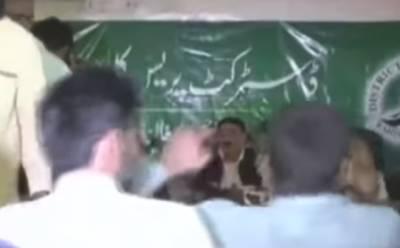 """""""بڑا سمجھدارآدمی ہے جو شیخ سے پیسے مانگنے۔۔۔"""" شیخ رشید کی پریس کانفرنس سے پہلے بھکاری نے """"انٹری"""" مار دی، پیسے مانگے تو شیخ رشید نے کیا کہا؟ ویڈیو نے سوشل میڈیا پر ہنسی کا طوفان برپا کر دیا"""