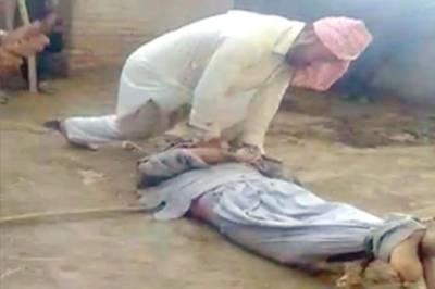 بھینسوں کے طبیلے میں اس نوجوان کے پاؤں باندھ کر تشدد کا نشانہ کیوں بنایا جارہاہے اور یہ اب کہاں اور کس حال میں ہے؟ پاکستانیوں کیلئے انتہائی تشویشناک خبرآگئی