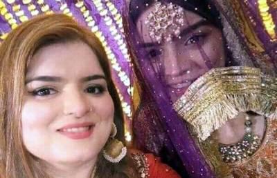 """""""او تیری!!! میں سمجھا کہ یہ بڑی بہن ہے اور۔۔۔"""" الیزے خان کی ماں کی تصاویر منظرعام پر آئیں تو پاکستانی آنکھیں جھپکنا ہی بھول گئے، وہ کیسی نظر آتی ہیں اور الیزے سے ان کا چہرہ کتنا ملتا ہے؟ دیکھ کر آپ کچھ دیر کیلئے سکتے میں آ جائیں گے"""