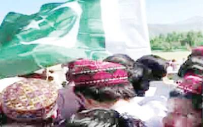 سوات پی ٹی ایم کا جلسہ ، نوجوان کو پاکستانی پرچم لہرانے سے روکدیا گیا